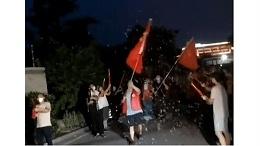 南京禄口街道解封,居民放烟花庆祝:在家憋坏啦!